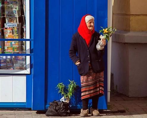 Старушка продавала единственный цветок…